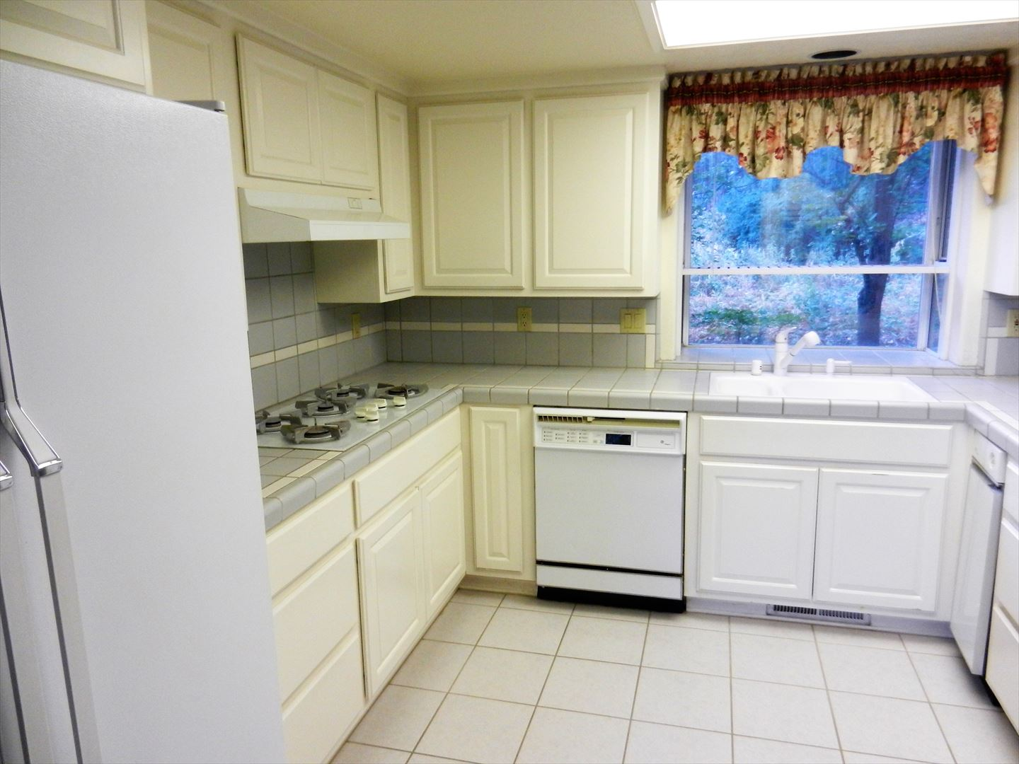 This cheerful kitchen is fully stocked with all desired amenities!