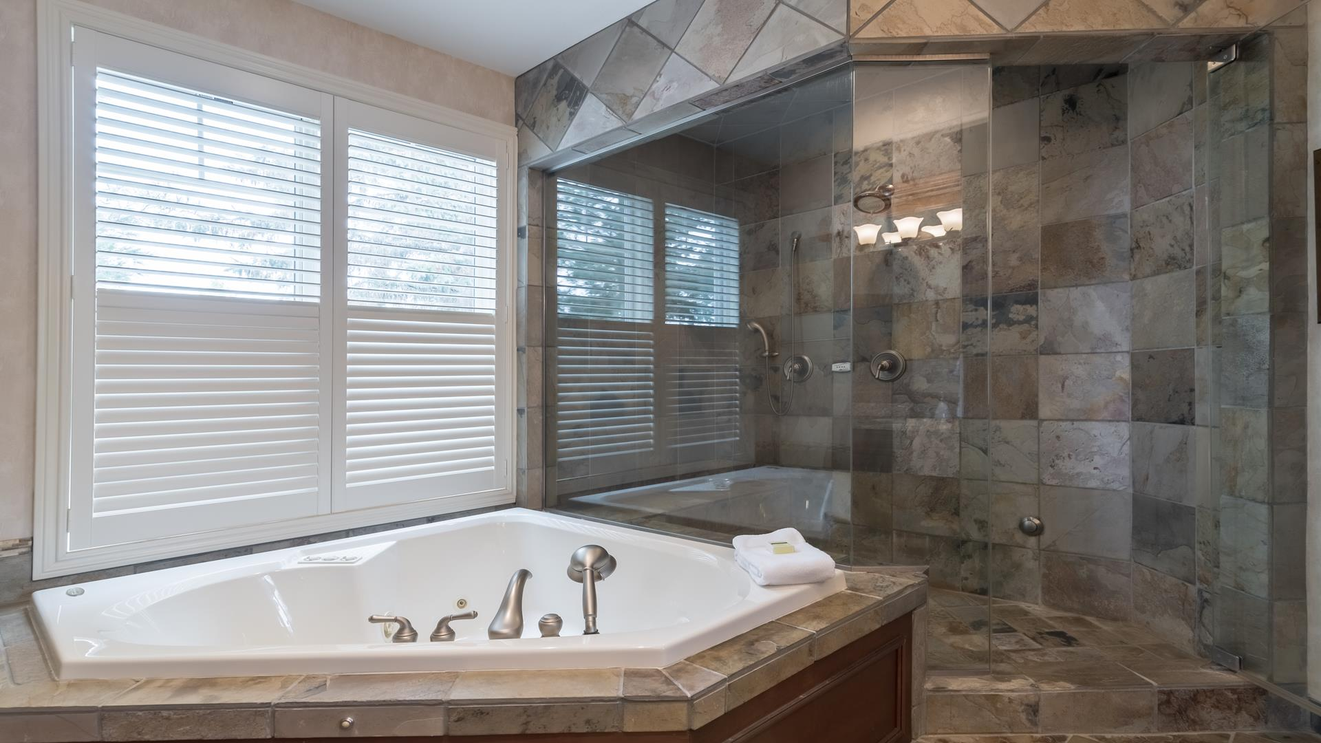 Master bath with jetted soaking tub