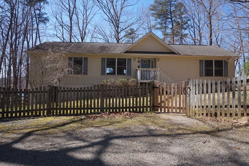 1083 Oak Grove Drive, Mineral
