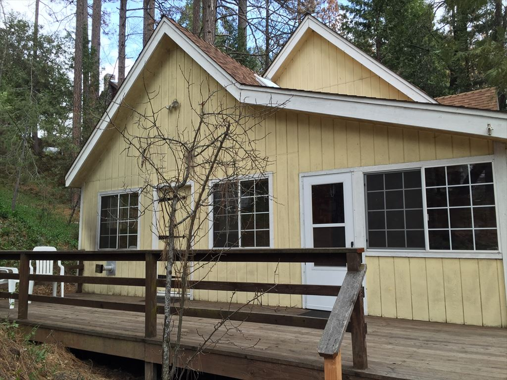 Classic cabin includes boatslip, plenty of parking, sleeps 10, easy walk to village and lake.